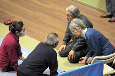 Der Tenno Akihito und seine Frau Michiko beim Besuch von Opfern der Katastrophe in Fukushima